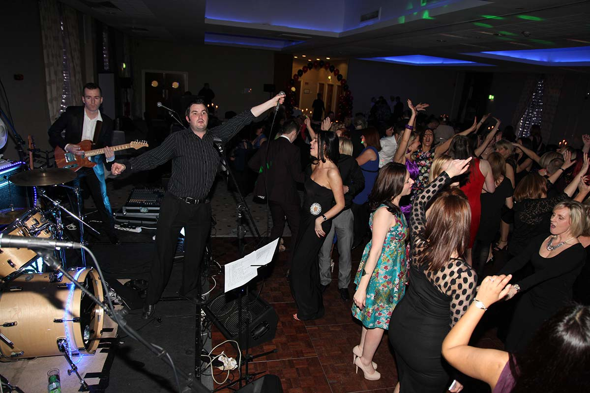 Live Wedding Band Slinky | Rock Pop and Indie Wedding Band | The audience sing along at a birthday party.